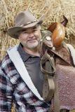 Portret szczęśliwy dojrzały kowbojski przewożenie comber Zdjęcie Royalty Free