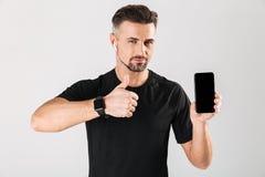 Portret szczęśliwy dojrzały sportowiec w bezprzewodowych słuchawkach obraz stock