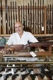 Portret szczęśliwy dojrzały właściciel armatni sklep Fotografia Stock