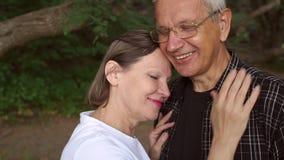 Portret szczęśliwy Dorośleć pary outdoors zbiory