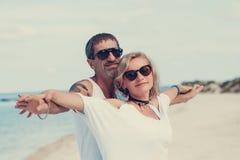 Portret szczęśliwy dorośleć pary przy plażą fotografia royalty free