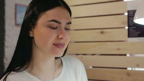 Portret szczęśliwy dziewczyny piękna salon zbiory wideo