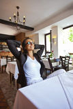 Portret szczęśliwy i ładny młodej kobiety obsiadanie w restauraci Zdjęcie Stock