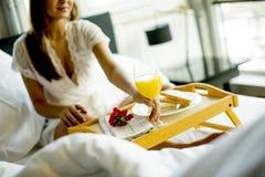 Portret szczęśliwy kobiety łasowania śniadanie w bedd hea obrazy royalty free