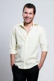 Portret szczęśliwy mężczyzna w żółtej koszula. Obraz Royalty Free