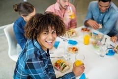 Portret szczęśliwy męski wykonawczy mieć śniadanie Zdjęcia Royalty Free