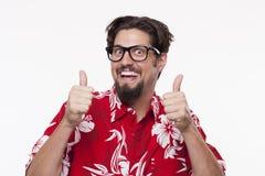 Portret szczęśliwy młody człowiek gestykuluje aprobaty przeciw bielowi Fotografia Royalty Free