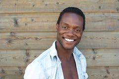 Portret szczęśliwy młody człowiek ono uśmiecha się outdoors Zdjęcie Stock