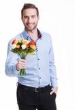 Portret szczęśliwy młody człowiek z kwiatami. obraz royalty free