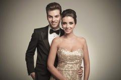 Portret szczęśliwy młody elegancki pary pozować obraz stock