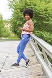 Portret Szczęśliwy młody piękny afro amerykański kobiety ono uśmiecha się Zdjęcia Royalty Free