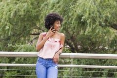Portret Szczęśliwy młody piękny afro amerykański kobiety ono uśmiecha się Obrazy Stock