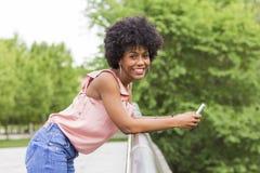 Portret Szczęśliwy młody piękny afro amerykański kobiety ono uśmiecha się Zdjęcie Royalty Free