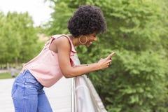 Portret Szczęśliwy młody piękny afro amerykański kobiety ono uśmiecha się Zdjęcie Stock