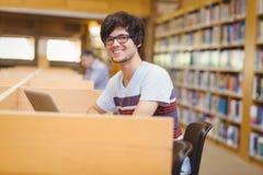 Portret szczęśliwy młody uczeń używa jego laptop zdjęcia stock