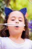 Portret szczęśliwy mały gril bawić się z mydlanymi bąblami na lato naturze Zdjęcie Royalty Free