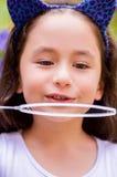 Portret szczęśliwy mały gril bawić się z mydlanymi bąblami na lato naturze Zdjęcie Stock