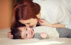 Portret szczęśliwy matki i dziecka bawić się zdjęcia stock