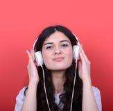 Portret szczęśliwy nastoletni dziewczyna taniec i słuchająca muzyka przeciw zdjęcia royalty free