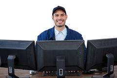 Portret szczęśliwy ochrona oficer używa komputer Zdjęcia Royalty Free