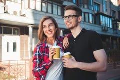 Portret szczęśliwy para spacer na ulicie z kawą obrazy stock
