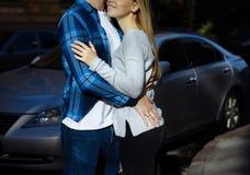 Portret szczęśliwy pary przytulenie w ulicie w mieście, stać w lepszy od słońca data słońce błyszczy na twarzach, co fotografia stock