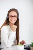 Portret szczęśliwy potomstwa poparcia telefonu operator z słuchawki Obraz Royalty Free