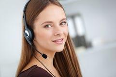 Portret szczęśliwy potomstwa poparcia telefonu operator z słuchawki Fotografia Stock