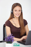 Portret szczęśliwy potomstwa poparcia telefonu operator z słuchawki Obrazy Stock