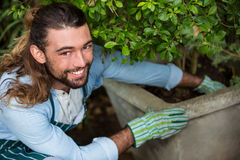Portret szczęśliwy pracownika flancowanie przy społeczność ogródem obraz stock