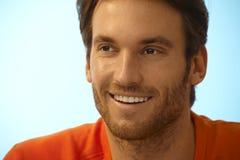 Portret szczęśliwy przystojny przypadkowy mężczyzna z ściernią Fotografia Stock