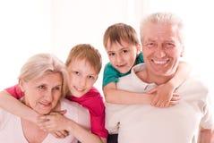 Portret szczęśliwy rodzinny bawić się Fotografia Royalty Free
