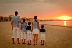Portret szczęśliwy rodzinny pobliski jacht Obrazy Royalty Free