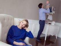 Portret szczęśliwy rodzinny salowy Obrazy Stock