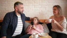 Portret szczęśliwy rodzinny wydaje czas wpólnie w kawiarni Opowiada Each Inny mnóstwo zabawę zbiory