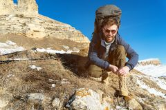 Portret szczęśliwy roześmiany modnisia podróżnik z brodą w okularach przeciwsłonecznych siedzi na naturze obrazy royalty free