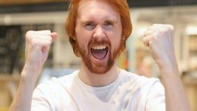 Portret Szczęśliwy rudzielec brody mężczyzna odświętności sukces fotografia royalty free