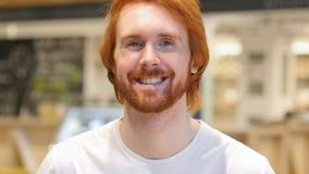 Portret Szczęśliwy rudzielec brody mężczyzna ono Uśmiecha się fotografia royalty free