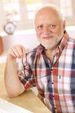 Portret szczęśliwy starego mężczyzna ono uśmiecha się zdjęcie royalty free