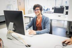 Portret szczęśliwy studencki używa komputer zdjęcie royalty free