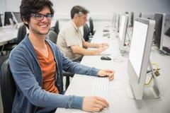 Portret szczęśliwy studencki używa komputer obraz stock