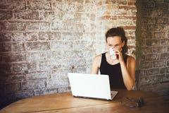 Portret szczęśliwy uśmiechnięty żeński uczeń odpoczywa po klas w loft kawie i pije kawiarni, Zdjęcie Royalty Free