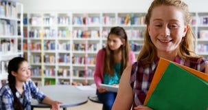 Portret szczęśliwy uczennicy mienie rezerwuje 4k zbiory wideo