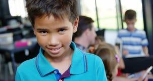 Portret szczęśliwy uczniowski ono uśmiecha się w sala lekcyjnej zbiory wideo
