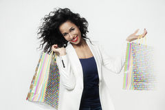 Portret szczęśliwy z perfect zakupy papierowymi torbami murzynka, uśmiechnięta twarz fotografia stock
