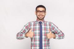 Portret szczęśliwy zadowolony przystojny brodaty biznesmen w colo obraz stock