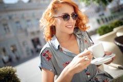 Portret szcz??liwa m?odej kobiety mienia kawa w cukierniany plenerowym fotografia stock