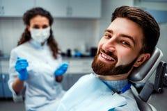 Portret szcz??liwy pacjent w stomatologicznym krze?le obraz royalty free