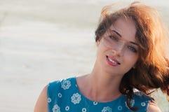 Portret szczerze ono uśmiecha się ładna dziewczyna, na lato natury backgrou Fotografia Royalty Free