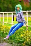 Portret szczęśliwa młoda dziewczyna na holi koloru festiwalu o starym ogrodzeniu Obrazy Royalty Free